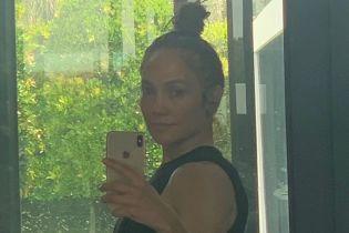 С пучком и без макияжа: Джей Ло поделилась селфи из спортзала