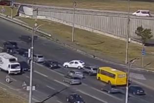 В Киеве водитель такси перекрыл движение, совершив разворот через три полосы: избежать наказания не удалось