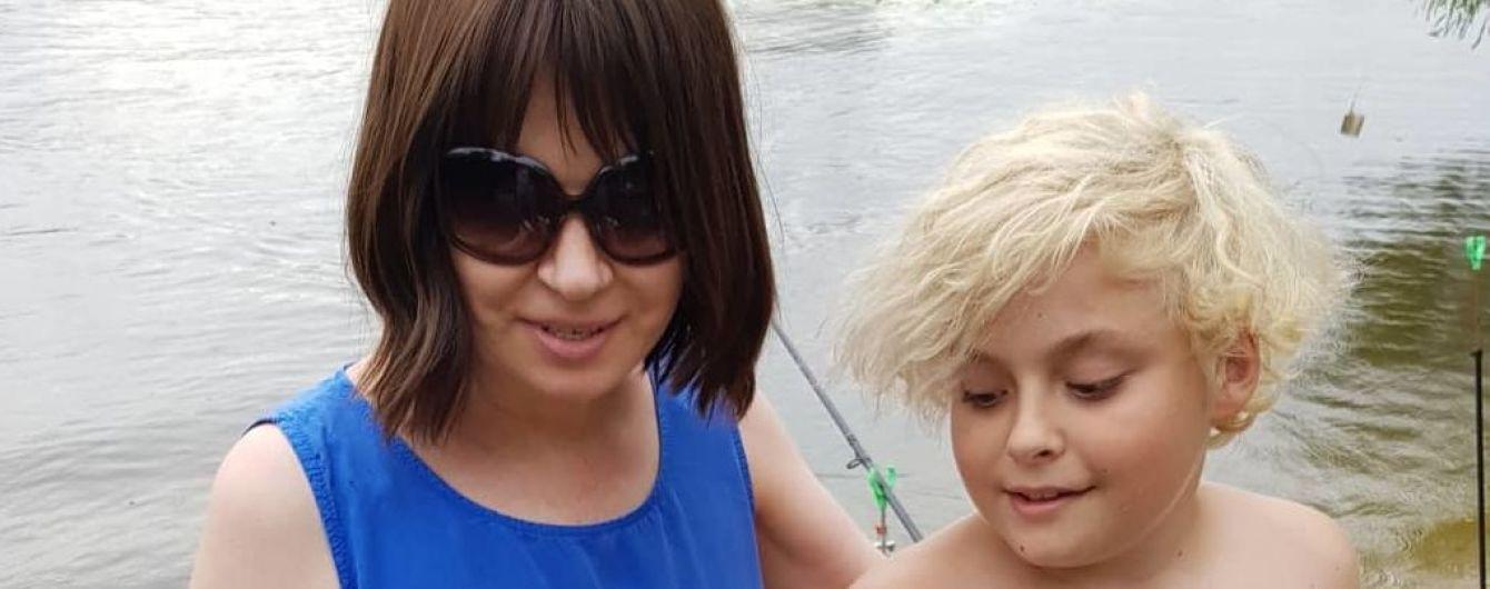 Відпочинок на рибалці: Алла Мазур у синій сукні, її син з новим кольором волосся