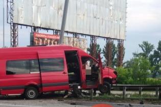 Смертельное ДТП под Киевом: микроавтобус столкнулся с лековушкой и налетел на отбойник