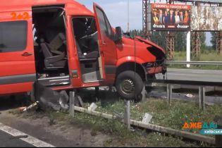 Вблизи столицы микроавтобус на скорости влетел в автомобиль с пассажирами