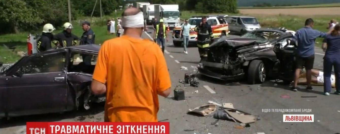В Львовской области столкнулись две легковушки и грузовик: один автомобиль разорвало пополам