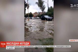 В результате сильного ливня на Закарпатье подтопило улицы и дворы, повреждены мосты и дороги