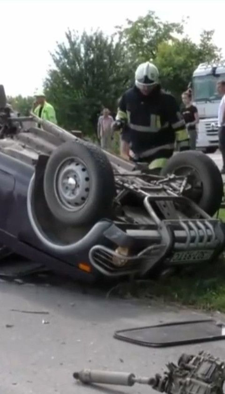 """На трассе """"Киев-Чоп"""" столкнулись две легковушки и грузовик"""