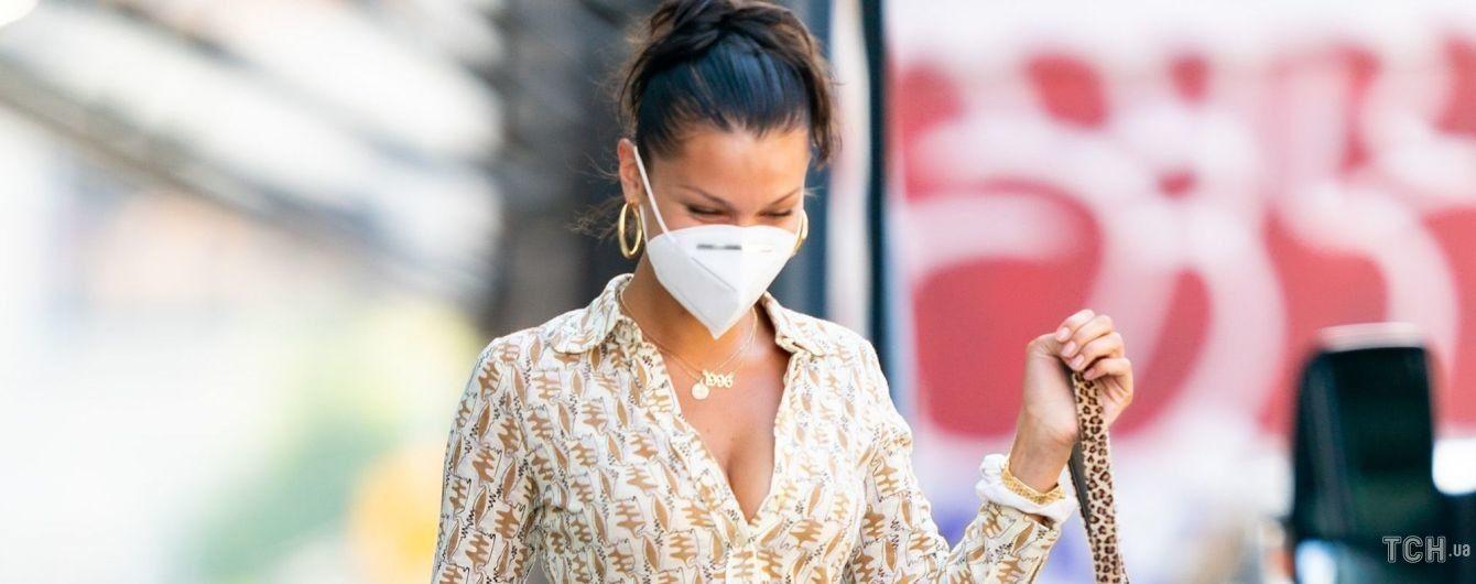 В расстегнутой рубашке и стильных мюлях: Белла Хадид попала в объективы папарацци