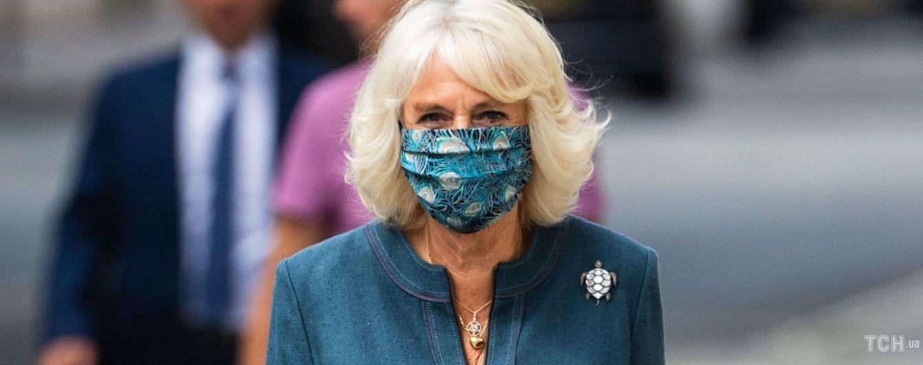 В платье, маске и с брошью в виде черепахи: герцогиня Камилла прогулялась по улицам Лондона
