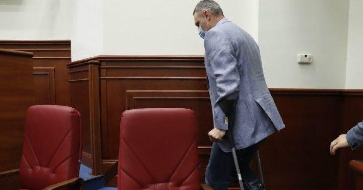 Кличко пришел на заседание Киевсовета с травмированной ногой: что случилось