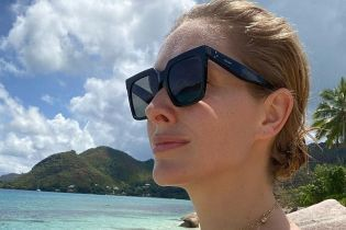 В купальнике-бандо и возле бассейна: Катя Осадчая показала, как релаксировала дома