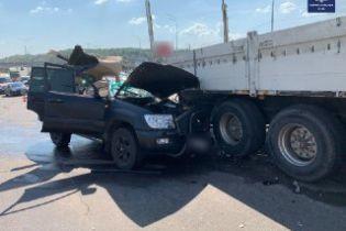 В Киеве на Надднепрянском шоссе столкнулись Toyota Land Cruiser и грузовик Daf: есть погибший