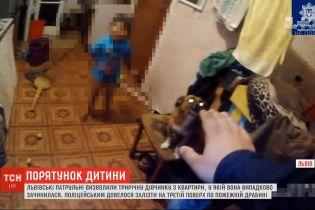 Львовские патрульные освободили трехлетнюю девочку, которая закрылась дома и не могла сама выйти