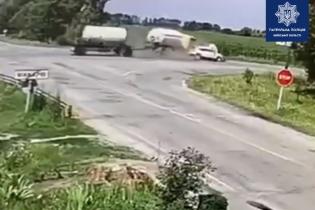 В Макарове внедорожник влетел в грузовик, который от удара перевернулся: появилось ужасное видео
