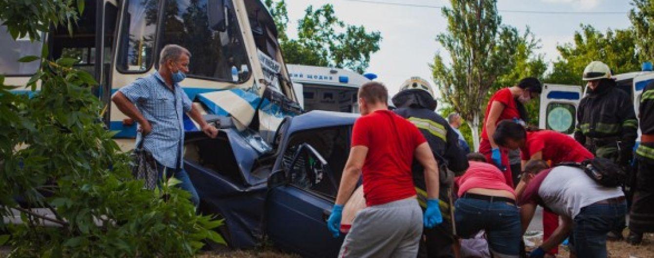 В Днепре лоб в лоб столкнулись легковушка и автобус
