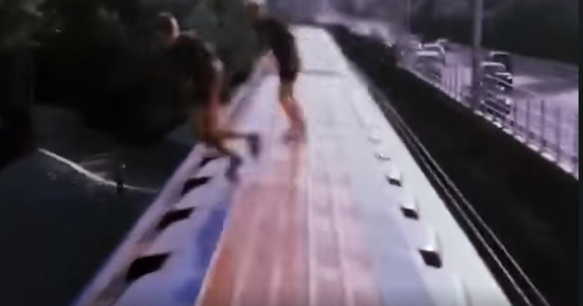 У Києві підлітки стрибали у Дніпро просто з вагону метро: з'явилося відео