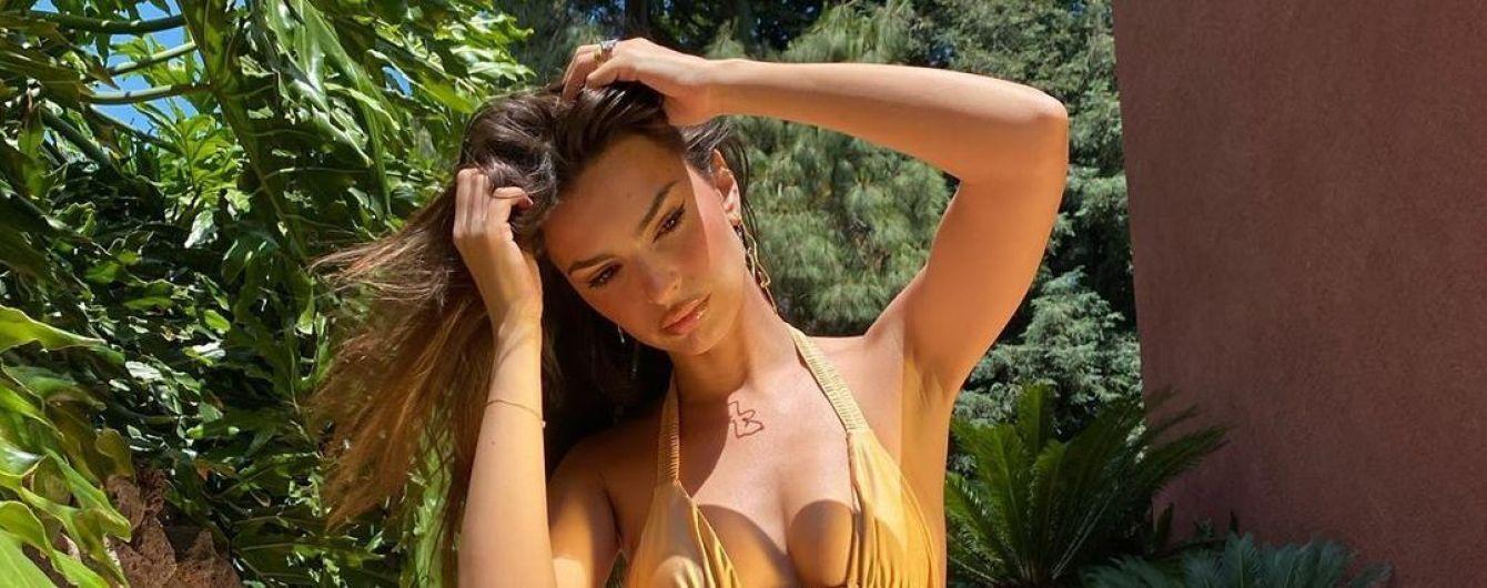 Эмили Ратаковски покрутила упругими ягодицами в супер откровенном купальнике