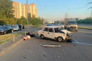 В Киеве водитель уснул за рулем и влетел в отбойник, трамированы двое несовершеннолетних