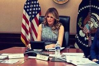 В сером платье и с макияжем смоки-айс: Мелания Трамп провела виртуальный круглый стол