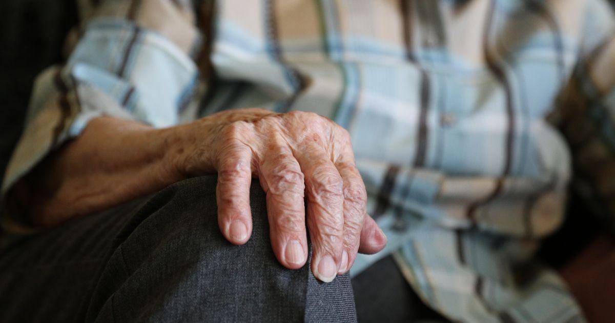 Насчитали долг и арестовали счета: житель Донецкой области потерял пенсию из-за коллекторов