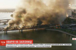 В Аризоне на мосту через озеро Темпе сошел с рельсов и загорелся грузовой поезд