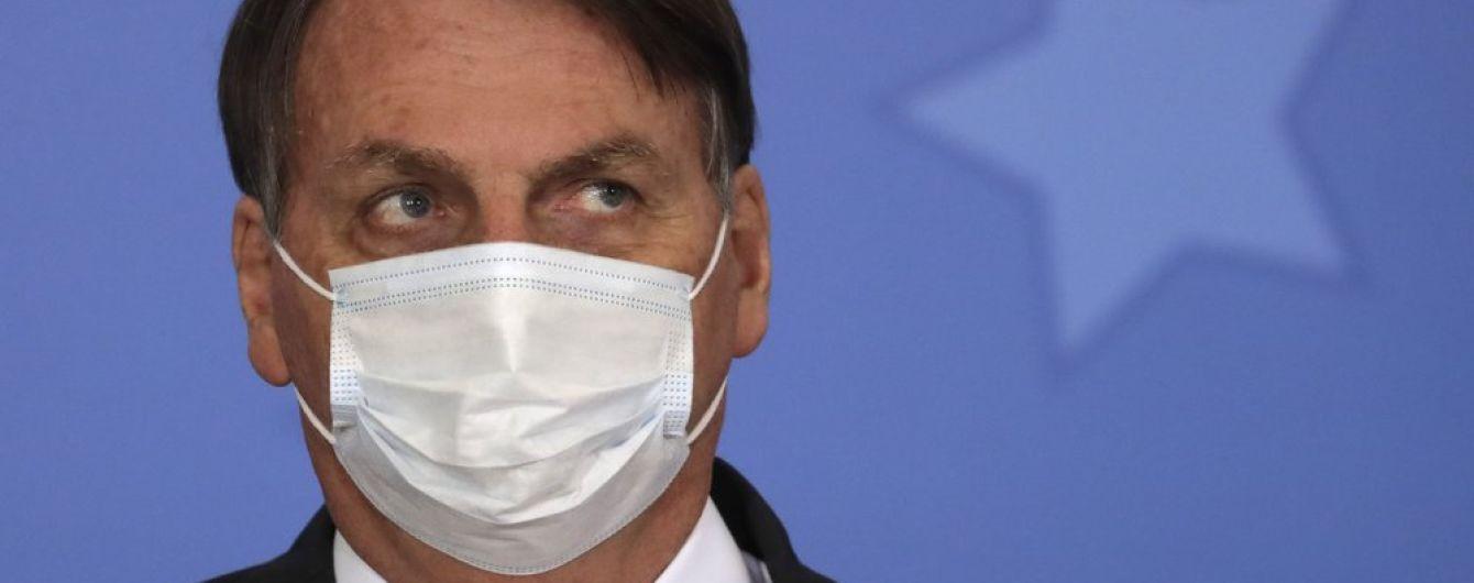 Молча и в маске: президент Бразилии впервые после выздоровления от коронавируса появился на публике