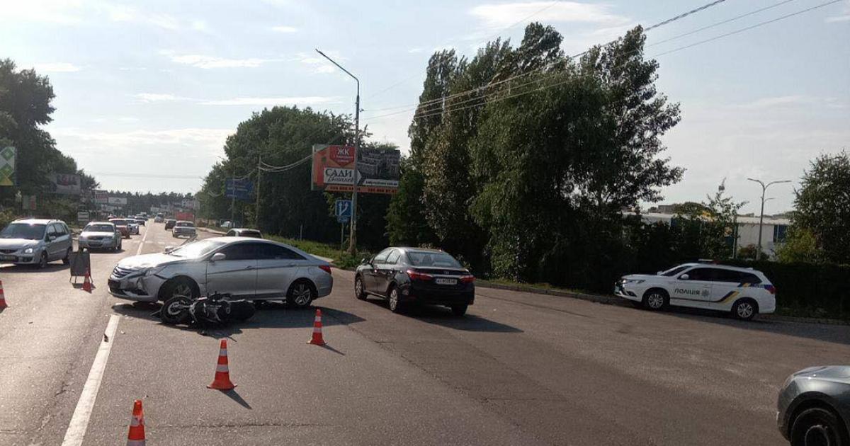 В пригороде Киева водитель Hyundai сбила мотоциклиста: появились жуткие фото