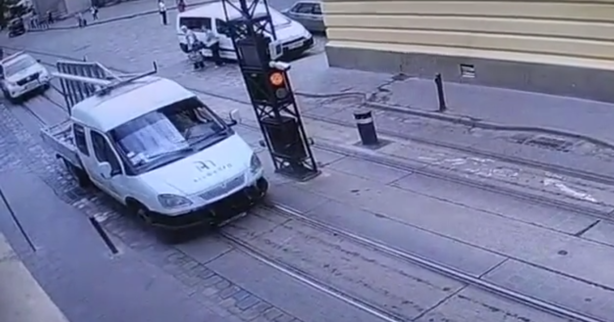 """В центре Львова """"Газель"""" налетела на столбик для ограничения движения, пассажир получил перелом ключицы"""