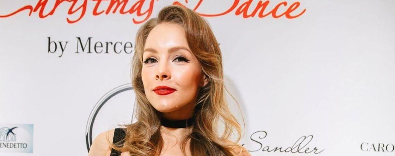 Алена Шоптенко с красными губами восхитила фанатов оригинальными снимками