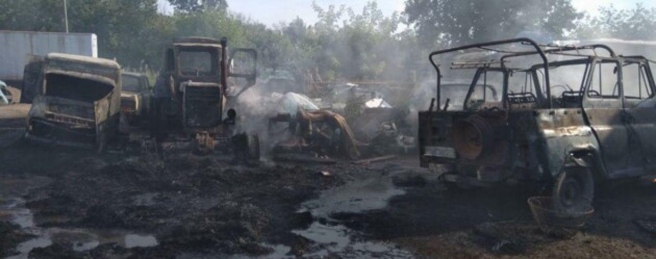 Огонь уничтожил 5 машин и две тонны соломы на частном дворе в Киевской области