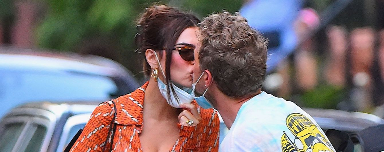 Маски не помеха: Эмили Ратажковски с мужем нежно целовались на улицах Нью-Йорка