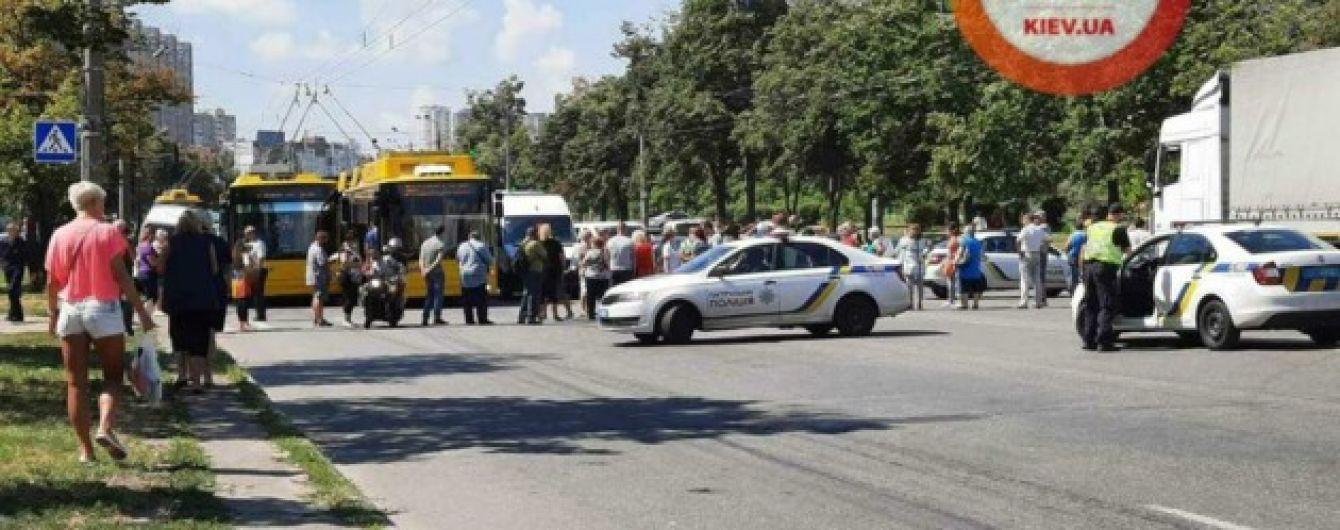 В Киеве протестующие блокировали движение транспорта на Троещине