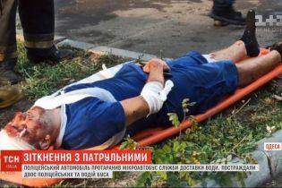 В Одесі поліцейське авто протаранило мікроавтобус служби доставки води