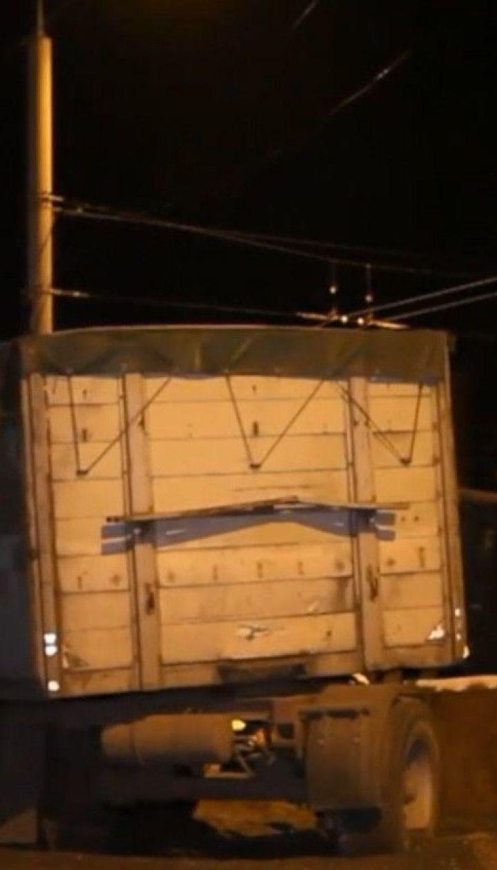 Из-за ДТП с двумя грузовиками проспект в Днепре покрыло тоннами семечек