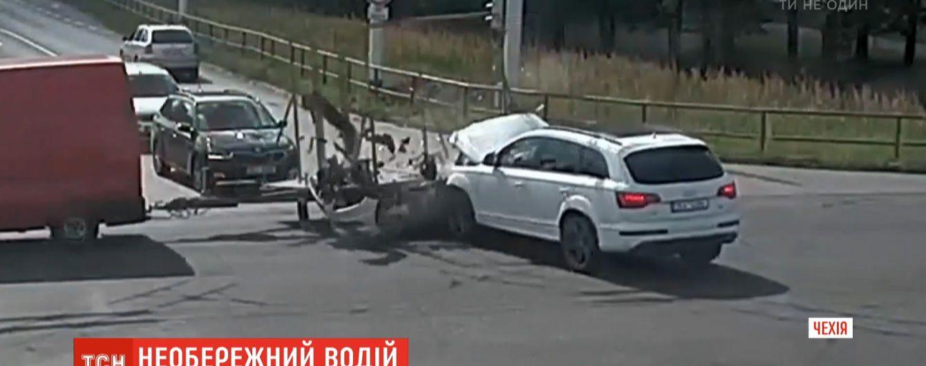 В Чехии водитель спровоцировал аварию и скрылся с места ДТП с открытым капотом
