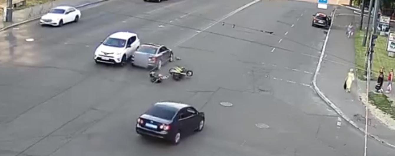 В Киеве Audi снес мопед, который вылетел на встречную полосу: появилось видео этого ДТП