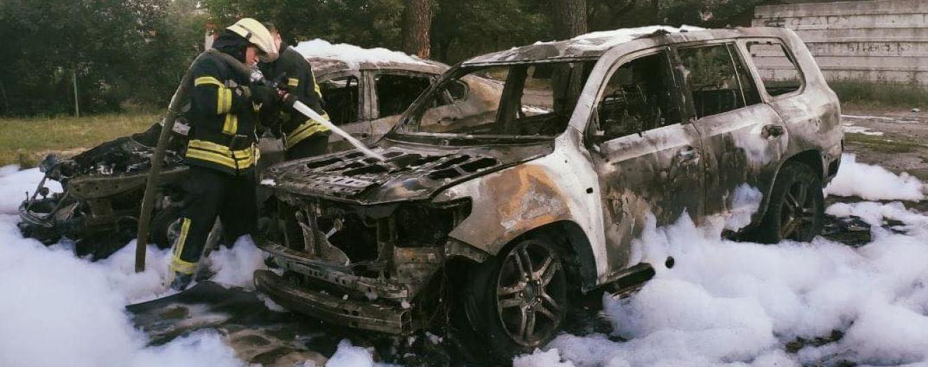 В Киеве на импровизированной парковке сгорели две элитные автомобили