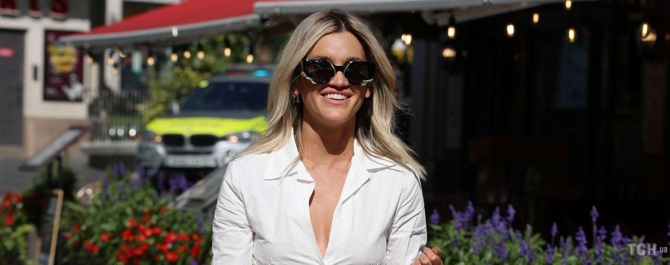 Стильно и по-летнему: фотографы подловили Эшли Робертс в белоснежном наряде