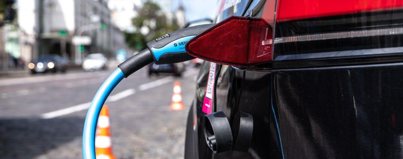 У Києві на паркувальних майданчиках встановили зарядні станції для електромобілів