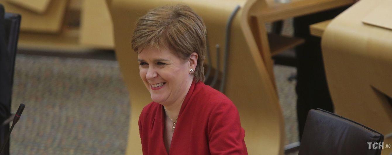 В малиновом костюме и маске из тартана: эффектный аутфит первого министра Шотландии