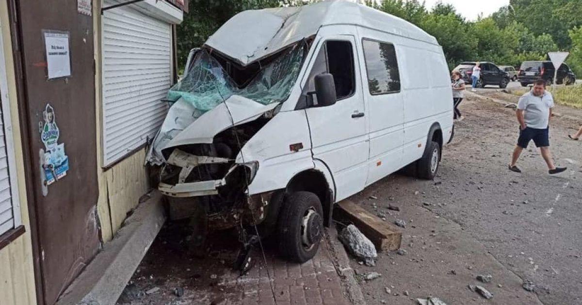 Под Киевом микроавтобус врезался в продуктовый магазин