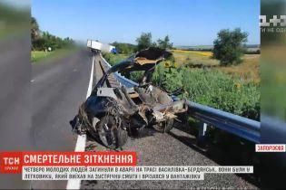 У Запорізькій області легковик на повній швидкості врізався у вантажівку – є жертви