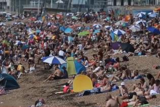 Рекордна спека накрила Європу: як рятуються люди під час пандемії коронавірусу
