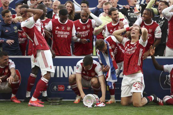 Повторил конфуз Зинченко: Обамеянг уронил и разбил трофей Кубка Англии – видео