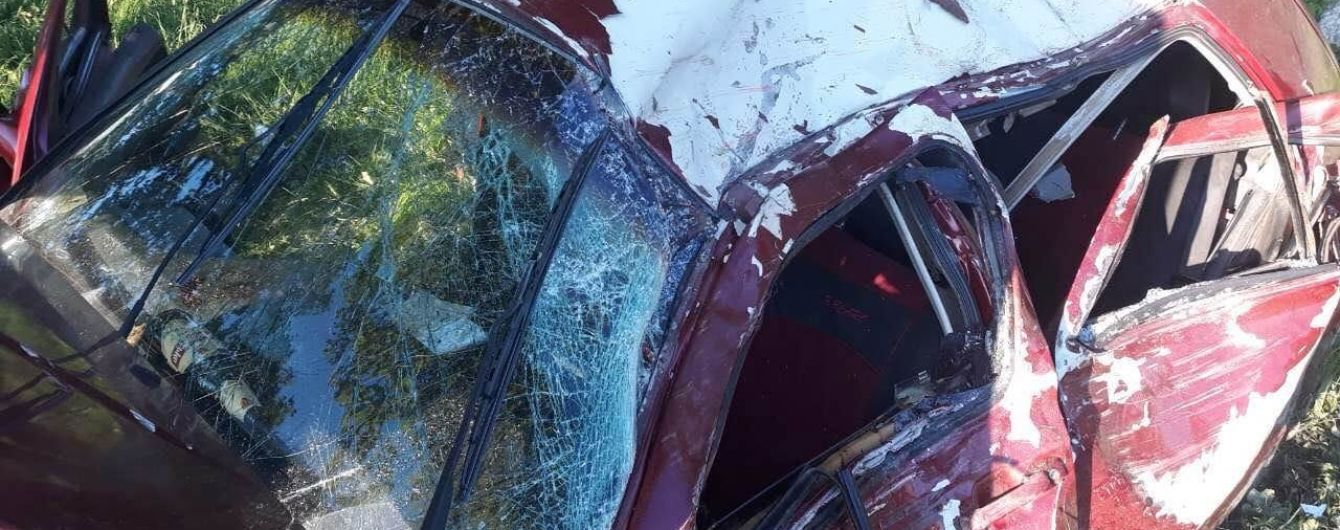 В Закарпатской области легковушка врезалась в дерево: двое погибших и двое в больнице