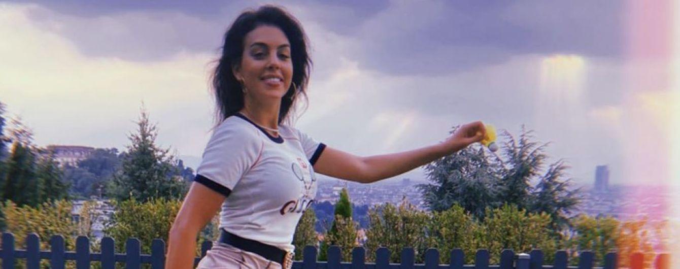 В мини-юбке и кедах Gucci: Джорджина Родригес показала, как играла в бадминтон