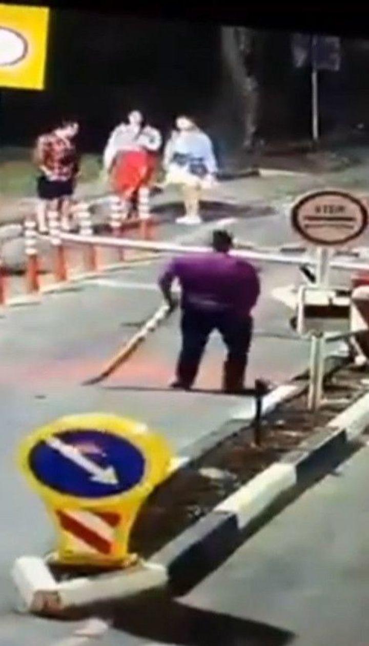 Мужчина разбил оборудование автосистемы на въезде в Труханов остров