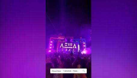 В одесской Аркадии концерт российского исполнителя собрал толпу людей