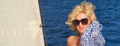 В платье с обнаженными плечами и с новой прической: Екатерина Бужинская покаталась на судне с парусами