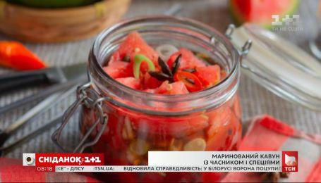 Єгор Гордєєв приготував маринований кавун із часником та спеціями