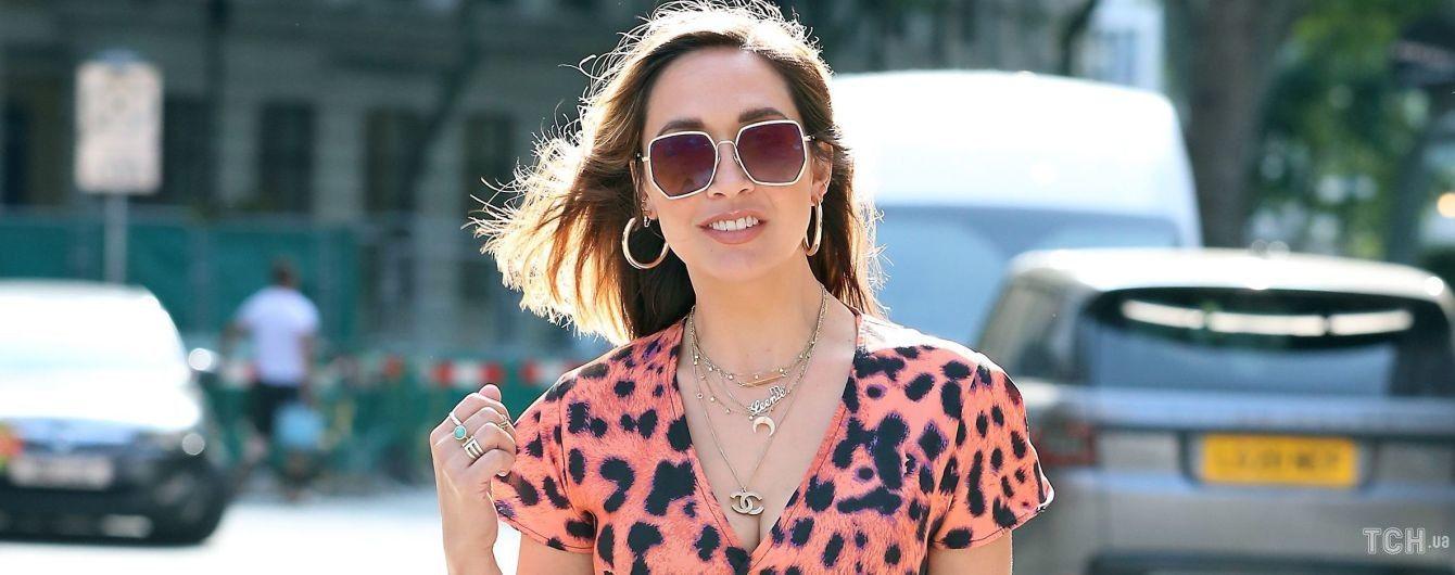 В платье-халате с крупным леопардовым принтом: Майлин Класс продемонстрировала новинку в гардеробе