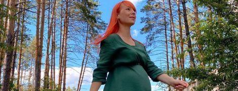 В изумрудном платье и кроссовках: беременная Светлана Тарабарова прогулялась по лесу