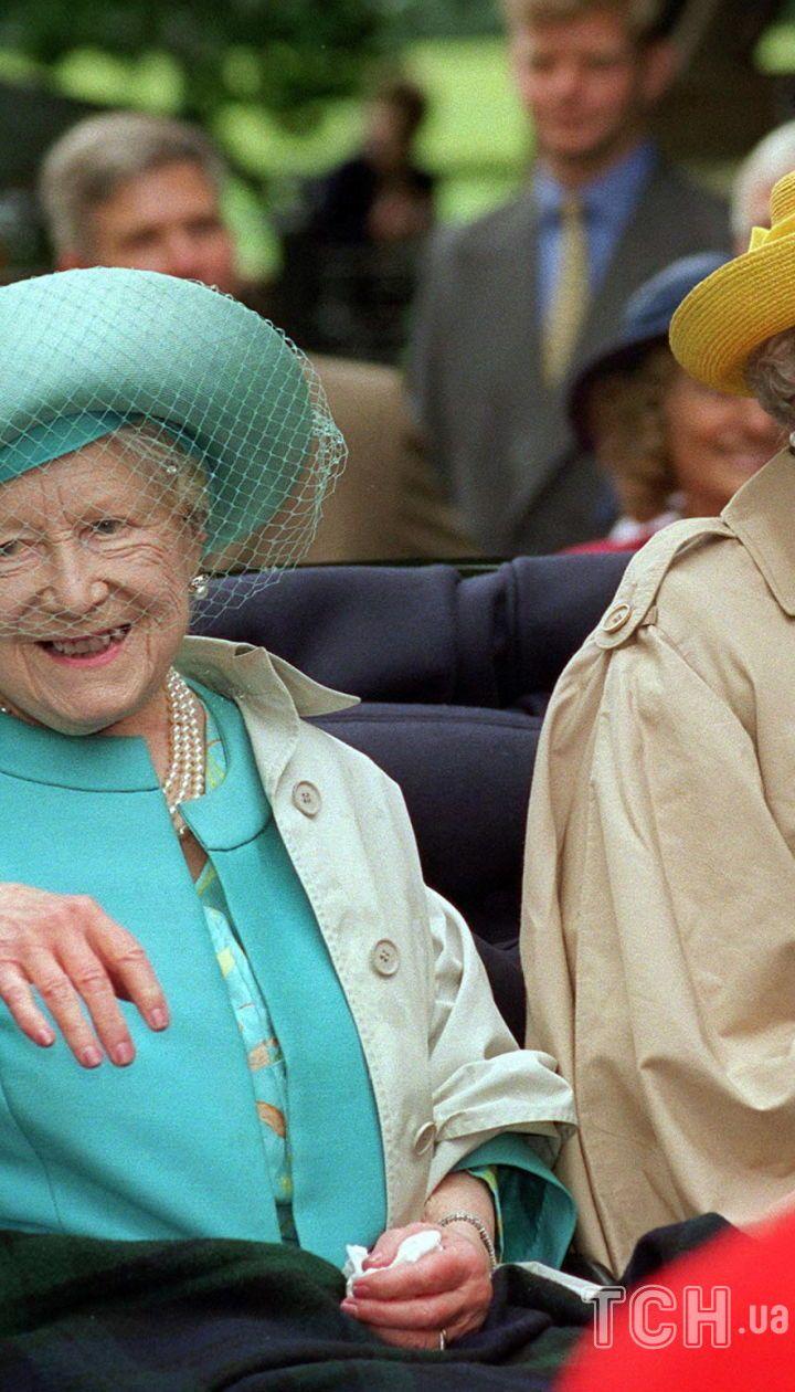 Елизавета Боуз-Лайон с королевой Елизаветой II